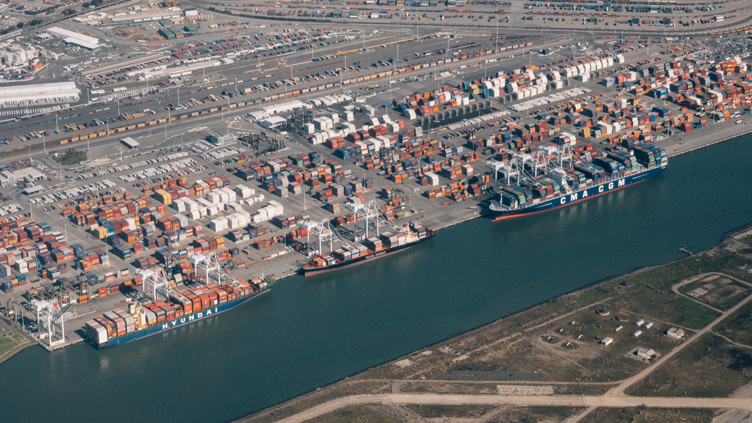 Oakland shipping container port