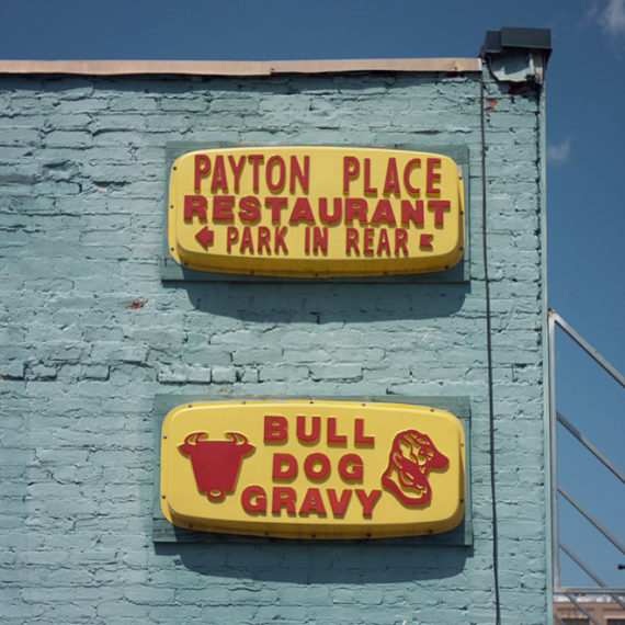 a sign that reads bull dog gravy