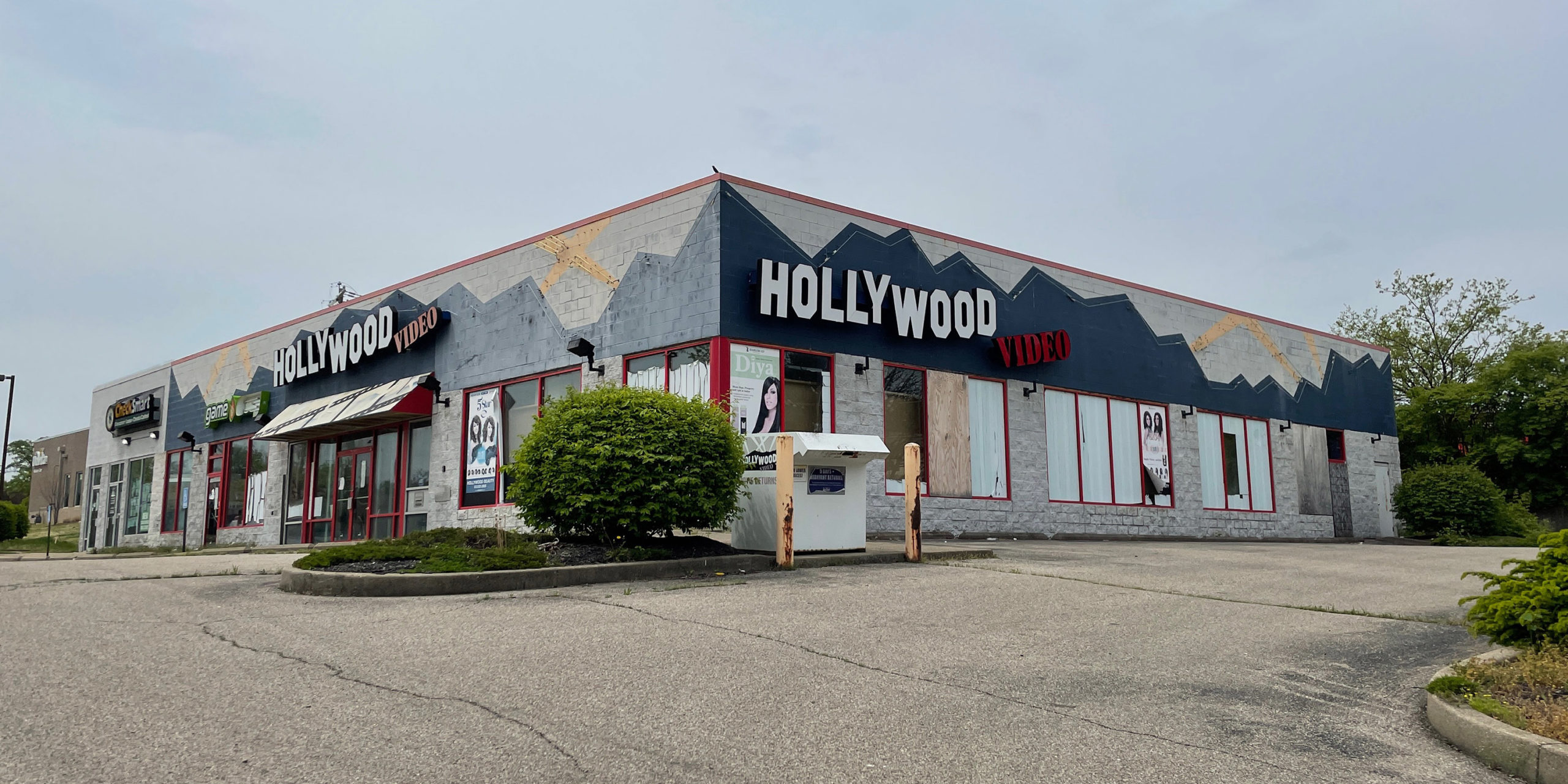 Hollywood video abandoned with video return box