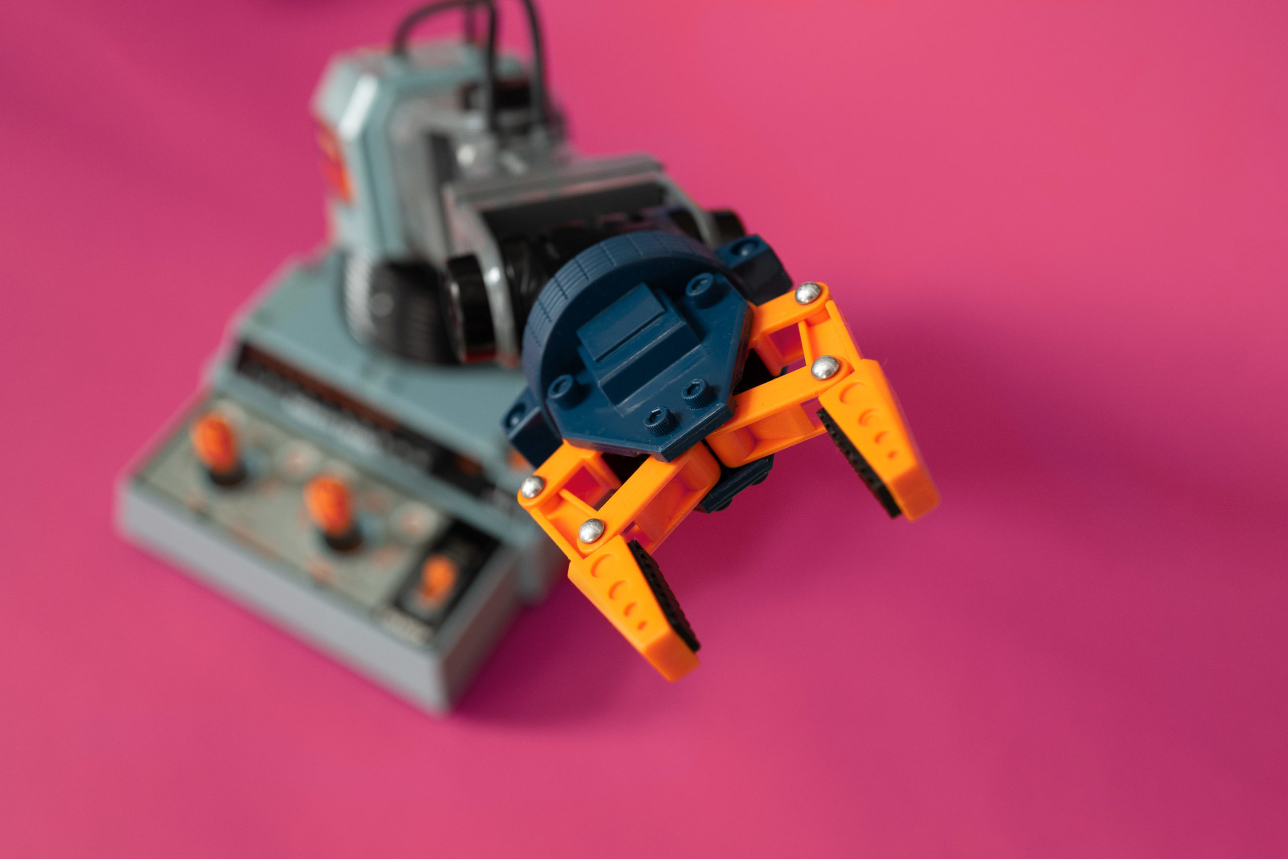 Electronic toy robot claw
