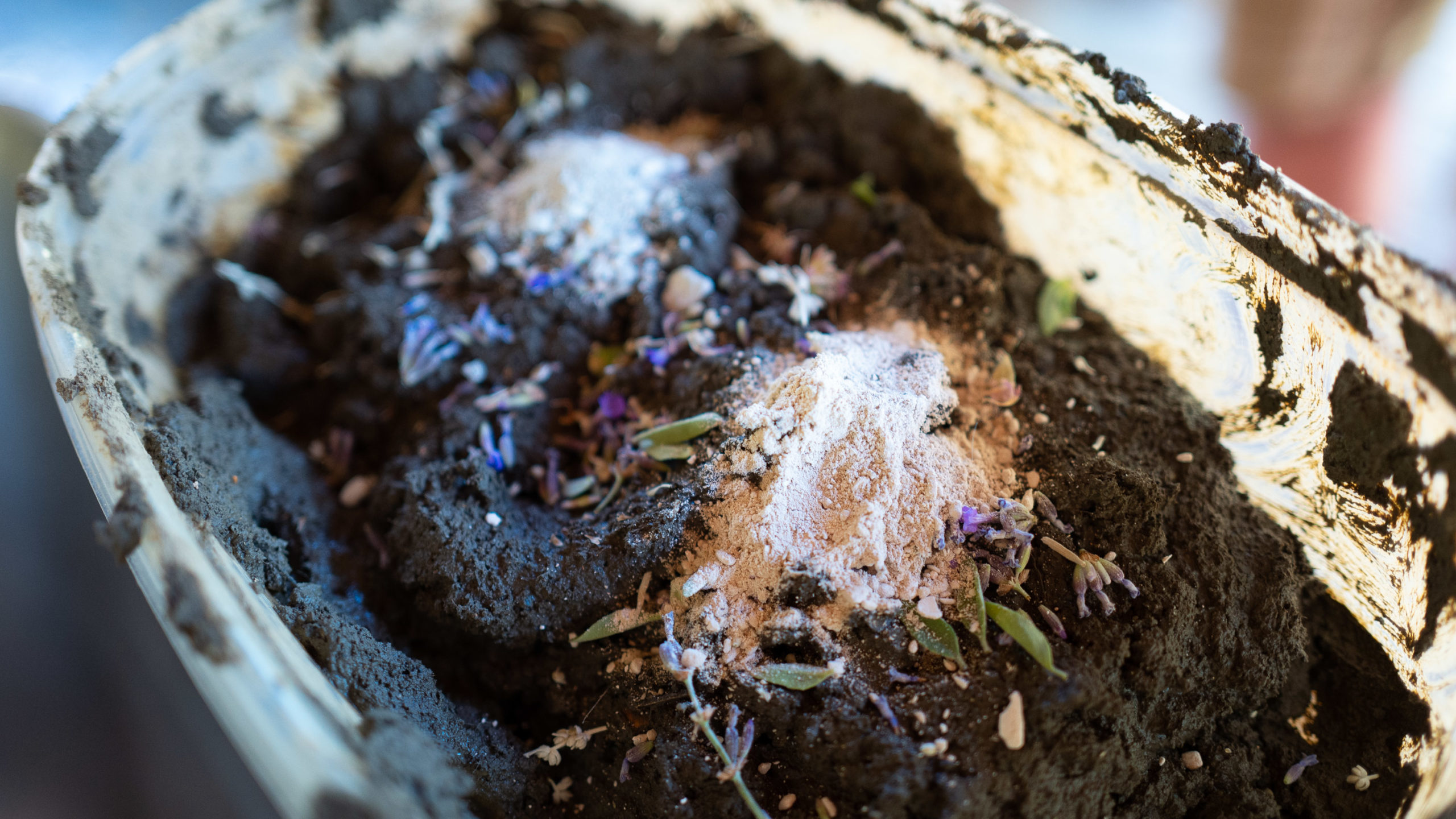 Ashes on the clay mixture